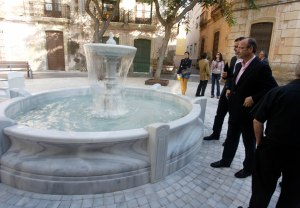 Instalación de la réplica de la fuente en la plaza Granero.
