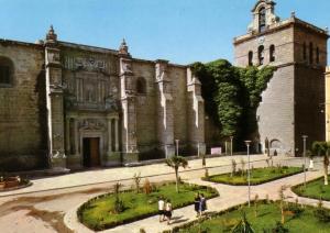 La plaza, en los 60, con la fuente ya trasladada.